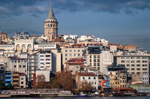 Pejzaż miejski stambułu w turcji z wieżą galata, xiv-wiecznym punktem orientacyjnym pośrodku i jesiennym nasypem