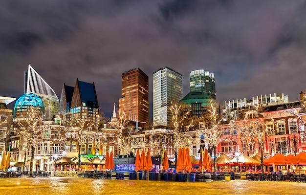 Pejzaż miejski w hadze z dekoracjami świątecznymi w holandii