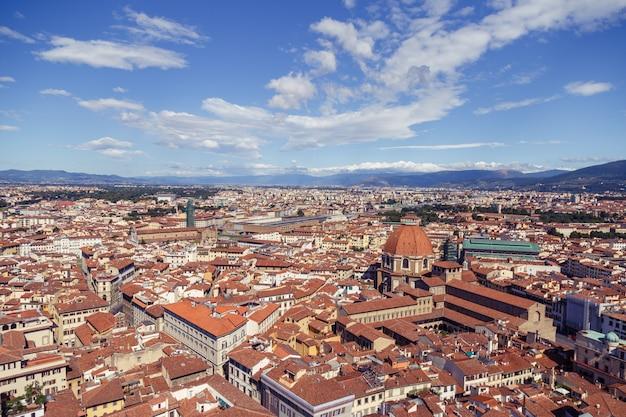 Pejzaż miejski w san lorenzo we włoszech z wieloma budynkami i kaplicą