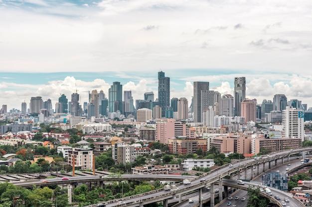 Pejzaż miejski z autostradą i ruch drogowy bangkok