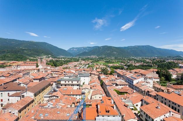 """Pejzaż miejski z """"bassano del grappa"""", widok z góry. panorama średniowiecznego miasta. typowy włoski krajobraz."""