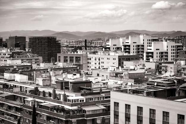 Pejzaż miejski z dachów kilku budynków mieszkalnych barcelony w czerni i bieli