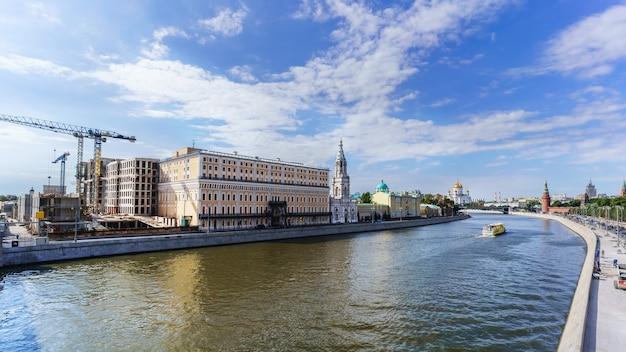 Pejzaż miejski z widokiem na moskwę i katedrę chrystusa zbawiciela na kremlu i rzekę moskwę