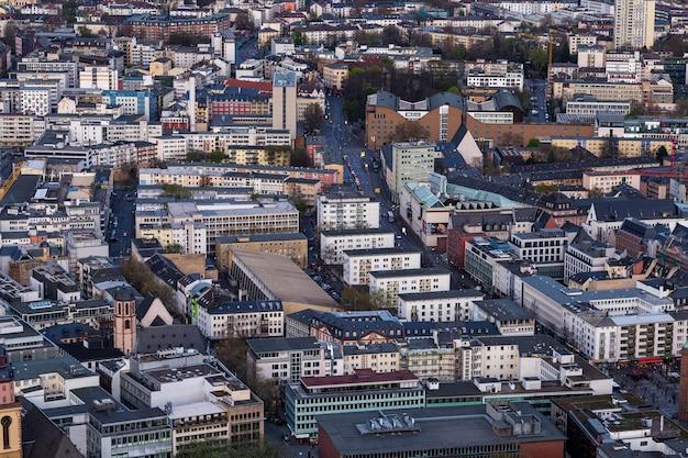 Pejzaż miejski z wieloma budynkami we frankfurcie w niemczech