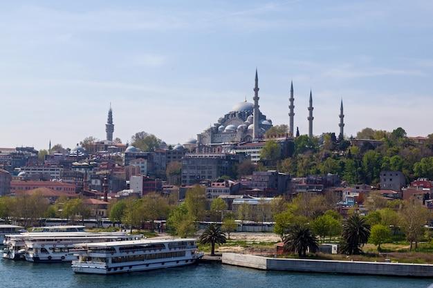 Pejzaż miejski z wieżą galata nad złotym rogiem w stambule, turcja
