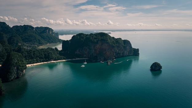 Pejzaż morski i widok na góry w zatoce railay w porze deszczowej prowincja krabi tajlandia