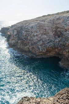 Pejzaż morski, klif na morzu śródziemnym, wielkość przyrody,
