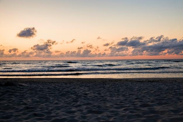 Pejzaż morski na bałtyku latem, prawdziwa morska pogoda i przyroda