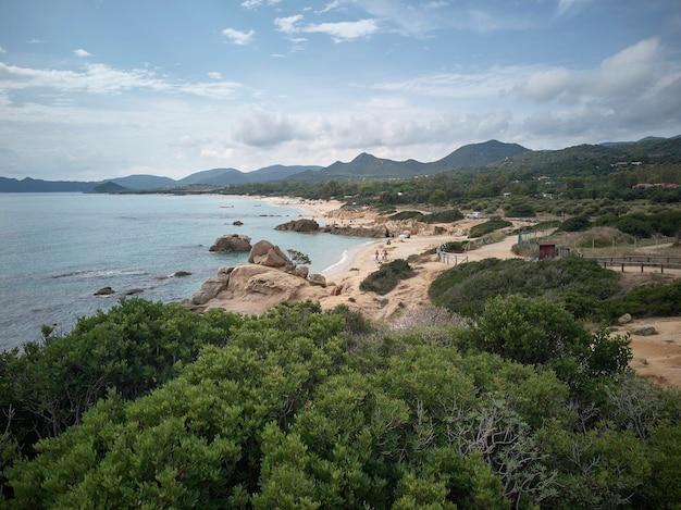 Pejzaż morski plaży scoglio di peppino na południu sardynii
