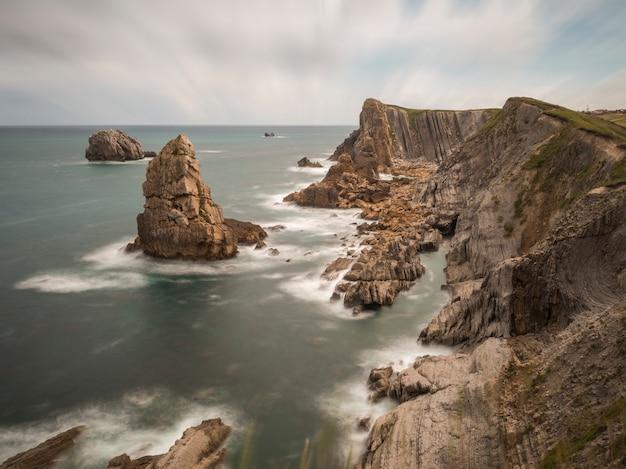 Pejzaż morski skalistych klifów na skraju morza