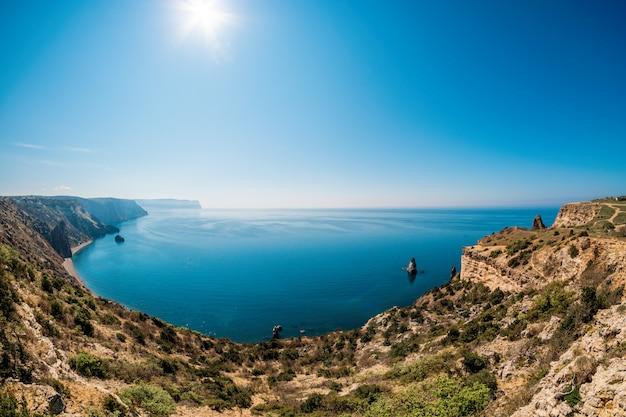 Pejzaż morski spokojnego morza z jasnym niebem