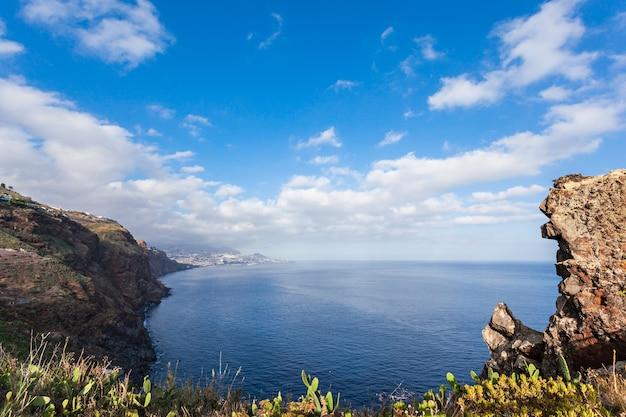 Pejzaż morski w pobliżu miasta funchal, wyspa madera, portugalia