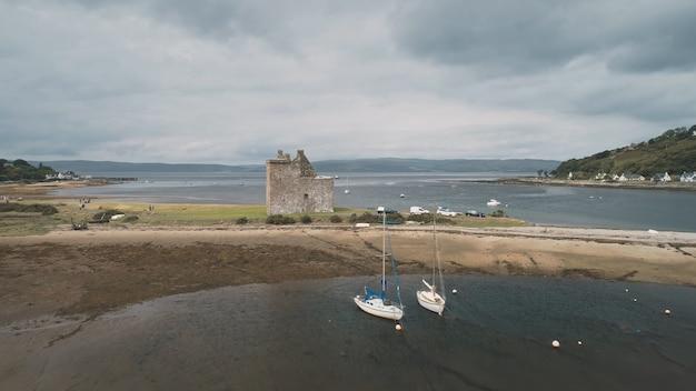 Pejzaż morski w ruinach zamku z lotu ptaka