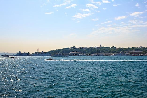 Pejzaż morski w stambule - widok w ciągu dnia z łodziami linii miejskich