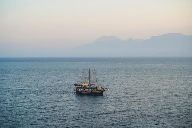 Pejzaż morski z samotnym statkiem w rejsie statkiem po morzu śródziemnym na statku turystycznym zabytki i podróże...