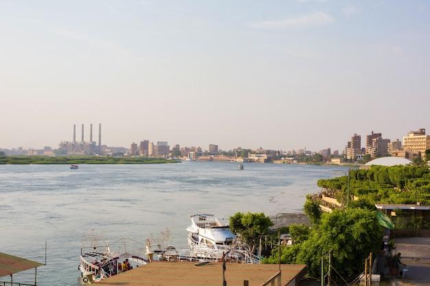 Pejzaż nad rzeką nil i kair o zachodzie słońca