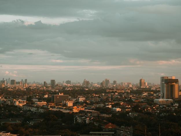 Pejzaż nieznanego miasta z grubymi chmurami i światło słońca