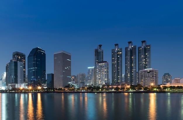 Pejzaż nocą bangkok w nocy
