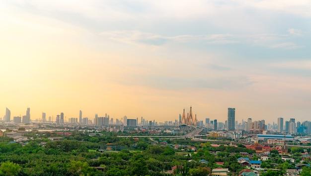 Pejzaż nowoczesnego budynku z autostradą i społecznością w bangkoku. jazdy samochodem na podwyższonym moście. budynek wieżowca. zielone drzewa w mieście. tlen do życia w mieście. ekologiczne miasto. panoramę miasta.