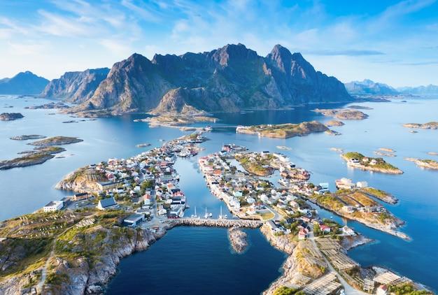 Pejzaż o zachodzie słońca, alesund, more og romsdal, norwegia.