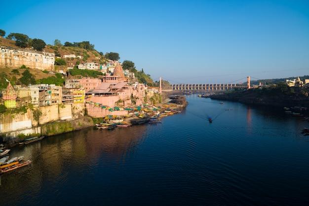 Pejzaż omkareshwar, indie, święta świątynia hinduska. święta narmada, pływające łodzie.