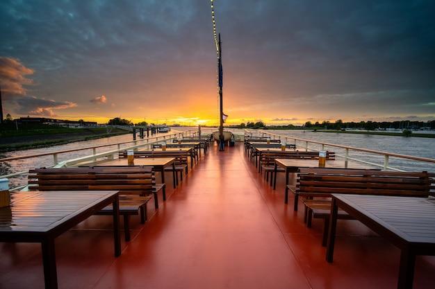 Pejzaż strzał pływającej restauracji pustej podczas pięknej godziny zachodu słońca