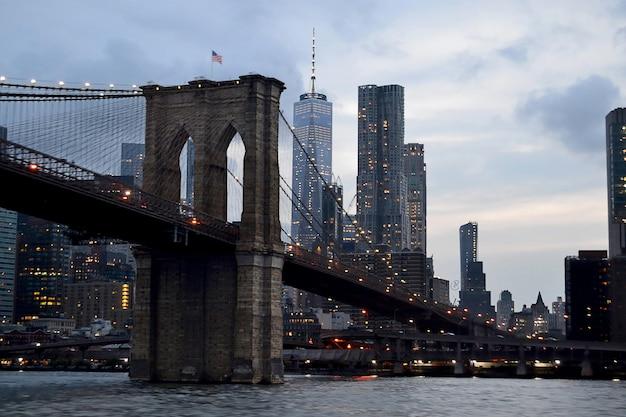 Pejzaż strzał z brooklyn bridge w nowych usa z szarym ponurym niebem