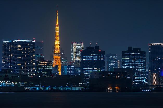 Pejzaż tokio w nocy, japonia.