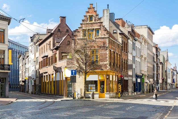 Pejzaż ulicy handlowej meir w centrum antwerpii w belgii z toru tramwajowego.