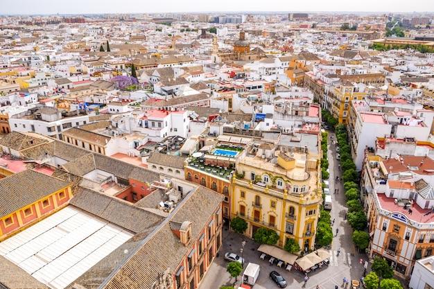 Pejzaż widok z sewilli z góry giralda. andaluzja, hiszpania.