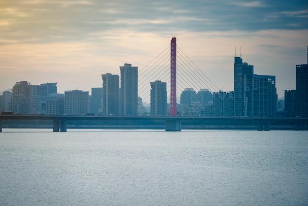 Pejzaż z panoramą miasta