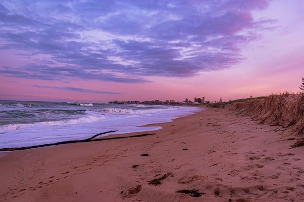 Pejzaż z pięknym kolorowym zachodem słońca na plaży