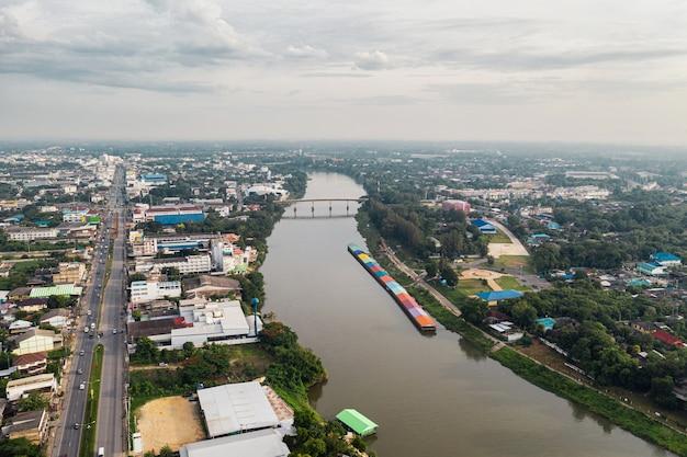 Pejzaż z rzeką z ruchu na autostradzie w okolicy. widok z lotu ptaka