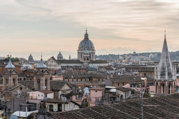 Pejzaż z rzymu, włochy. dachy i kopuły katedr