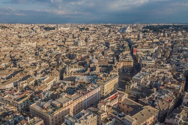 Pejzaż z rzymu, włochy. widok z lotu ptaka na stare miasto