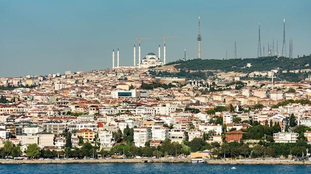 Pejzaż z zatoką złotego rogu w stambule w turcji.