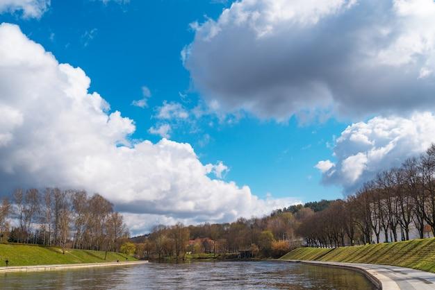 Pejzażu miejskiego widok na rzece i moscie w vilnius, lithuania