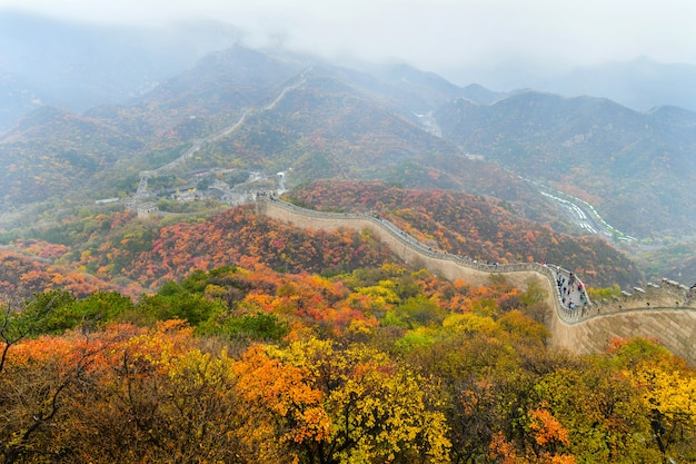 Pekin, chiny - 31 października 2019: wielki mur chiński jesienią