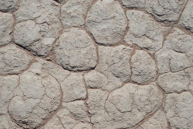 Pęknięcia błota na gliniastej ziemi. sossusvlei, namib naukluft national park - namibia