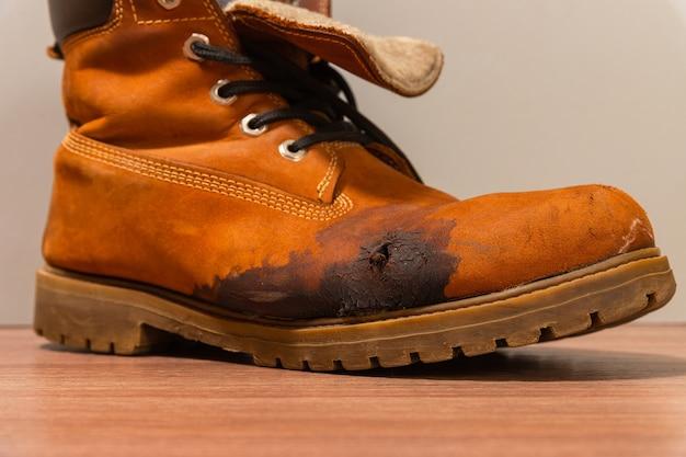 Pęknięcia i plamy na powierzchni buta