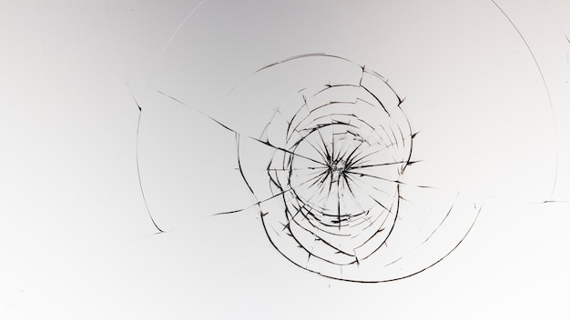 Pęknięcia szkła na białej powierzchni