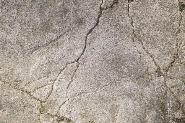 Pęknięcia w betonowej chodniku