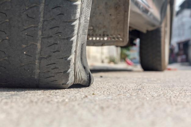 Pęknięcie opony samochodowej na ulicy