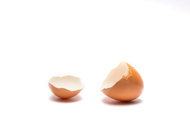 Pęknięte brązowe jajko