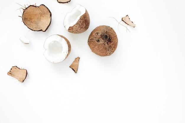 Pęknięty kokos na białym tle