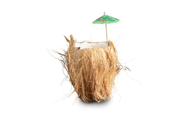 Pęknięty kokos z letnim parasolem