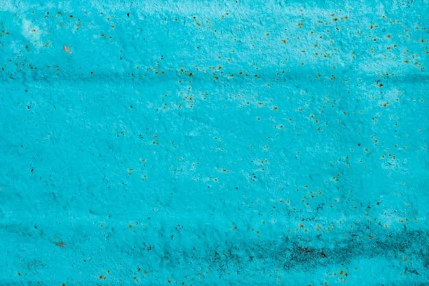 Pęknięty malowany stary tekstura metalu. streszczenie tło malowane turkusową powierzchnię. niebieskie tło ściany grunge