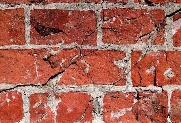 Pęknięty mur z cegły