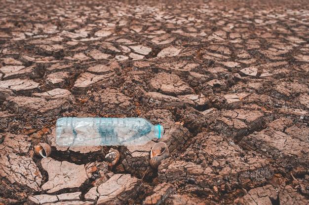 Pęknięty suchy ląd bez wody
