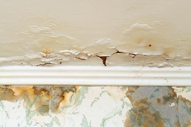 Pęknięty tynk na suficie po wycieku wody z górnego piętra